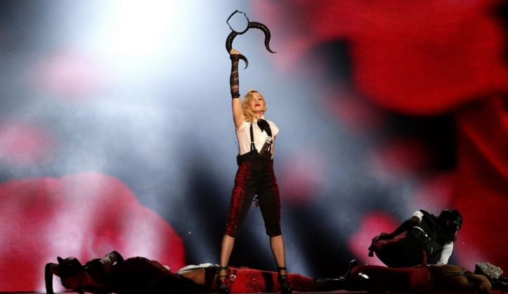 Madonna brit awards 2015 chute